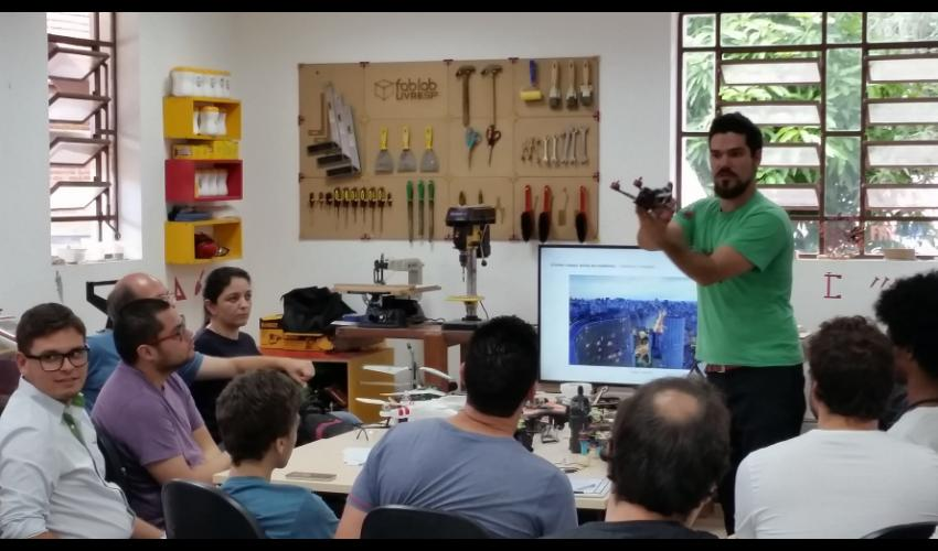 Aula sobre drones no Fab Lab Livre SP da Chácara do Jockey